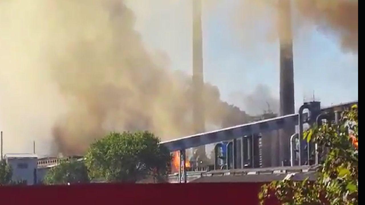 Las imágenes del incendio de Arcelor.La nube de humo negro cuelga sobre la factoria de Arcelor y alrededor de las localidades cercanas