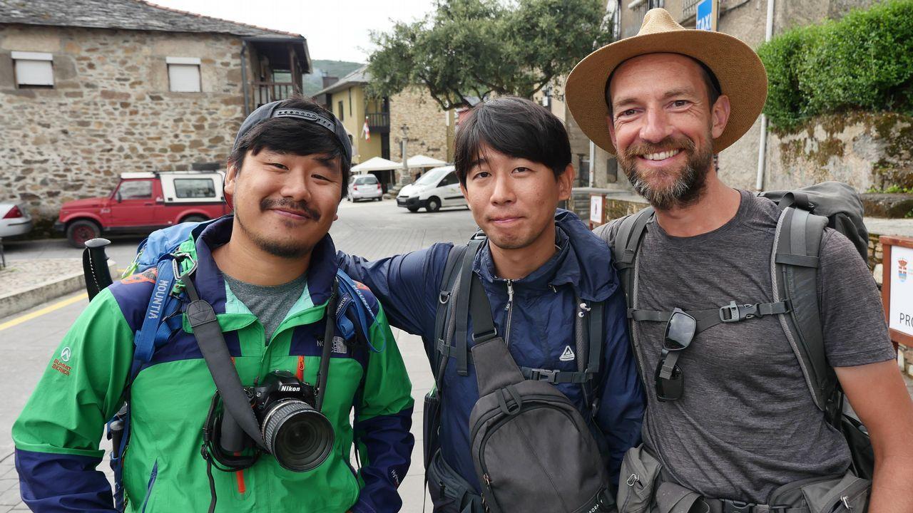 Yohan, Don Sung y Peter, los dos primeros coreanos y el último holandés, en Molinaseca