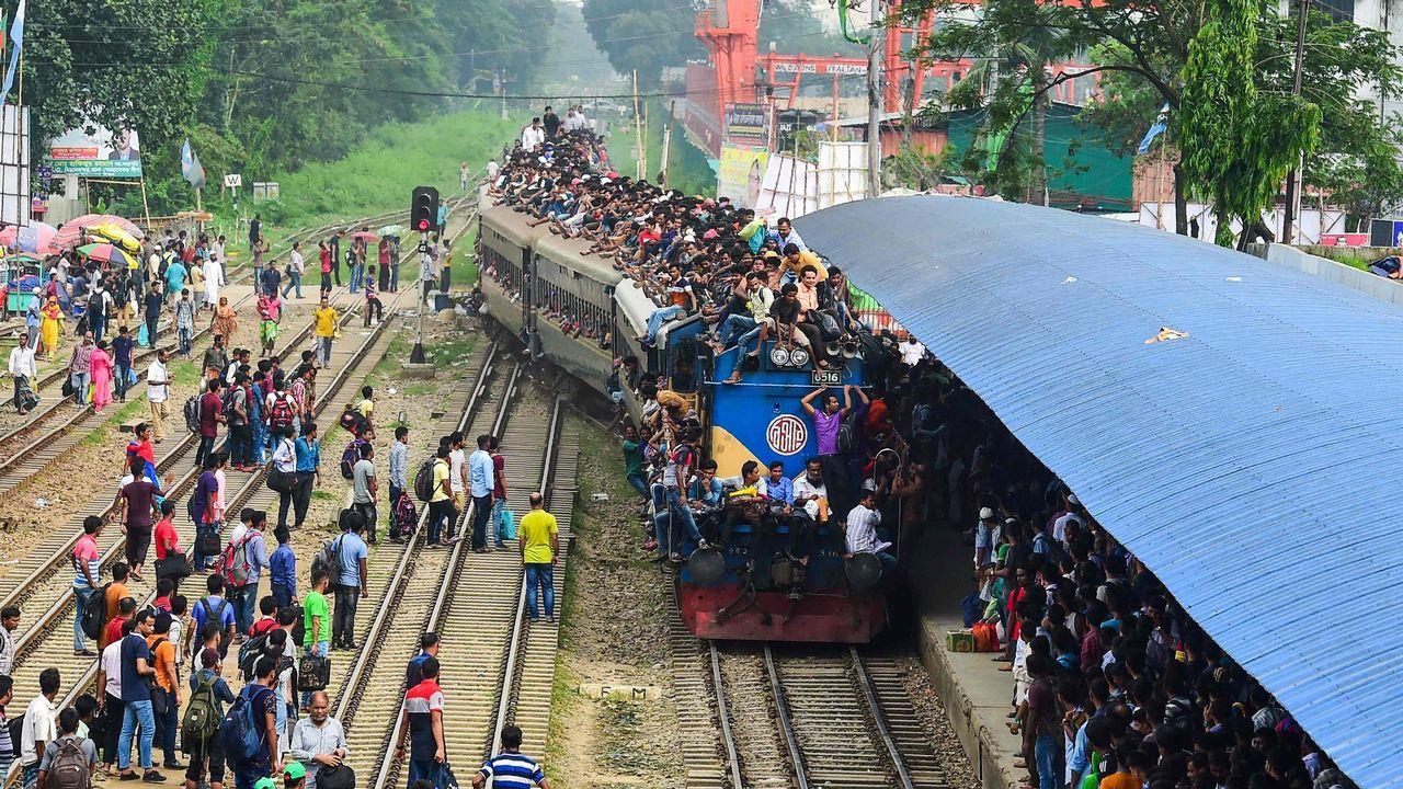 .Un grupo de bengalíes apiñados sobre un tren en Daka, con motivo de la celebración musulmana del Eid al-Fitr
