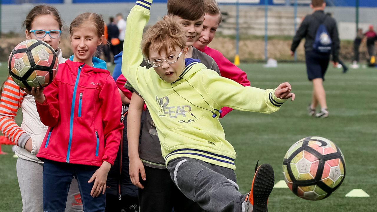.Un niño golpea el balón en un entrenamiento organizado por el Shakhtar Donetsk, en Kiev