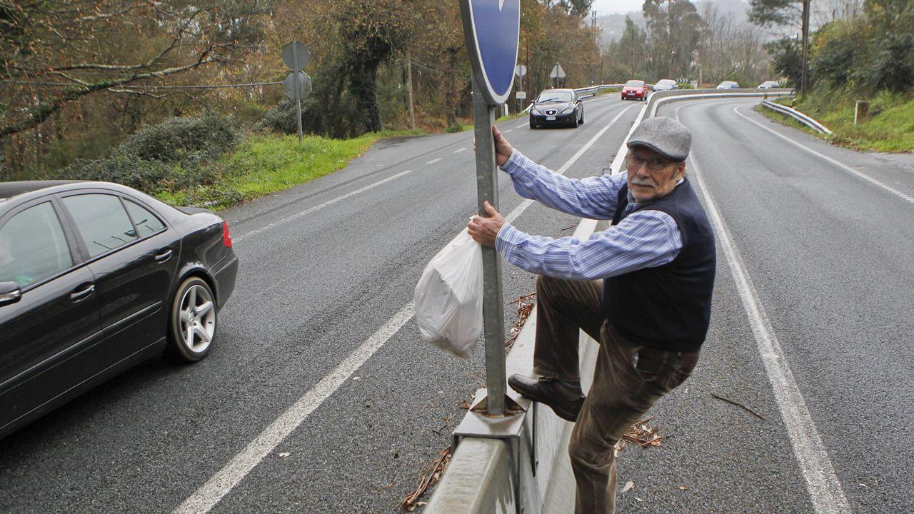 A sus 77 años Xulio trepa a diario una mediana para tirar la basura y atender a sus animales