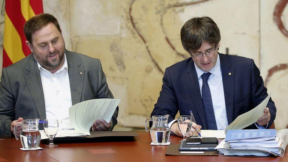 Gerard Piqué: «Hacienda no aclara bien cómo se debe proceder».Oriol Junqueras, conseller de Economía, y Carles Puigdemont, president de la Generalitat