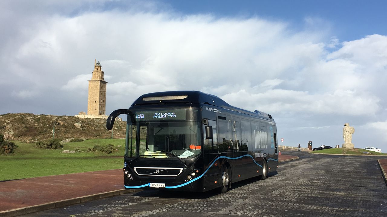 La llegada de los invitados a Casas Novas.El bus híbrido circulará estos días por la ciudad.