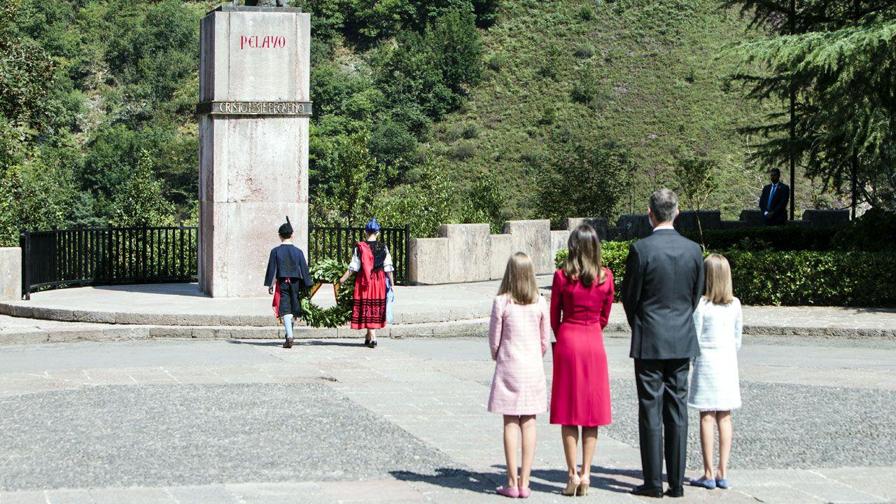 Los reyes Felipe y Letizia, junto a la princesa Leonor (i) y la infanta Sofía (d) acuden a los actos conmemorativos del primer Centenario de la Coronación de la Virgen de Covadonga