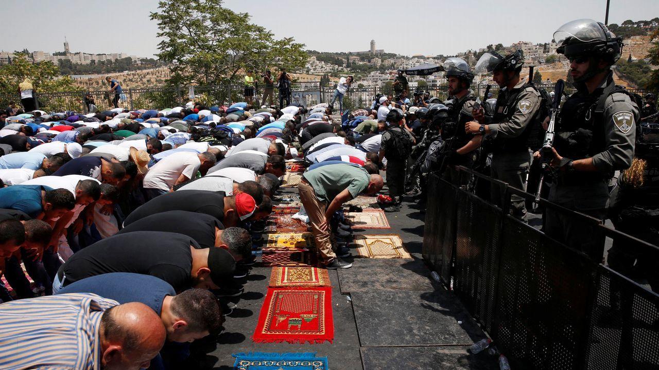 Un grupo de palestinos reza en la calle, en Jerusalén