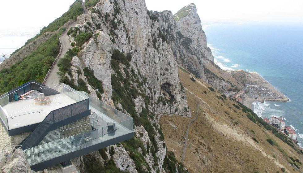 Vista aérea del mirador colocado por Ales Ingeniería en Gibraltar, con el suelo acristalado.Vista aérea del mirador colocado por Ales Iluminación en Gibraltar, con el suelo acristalado