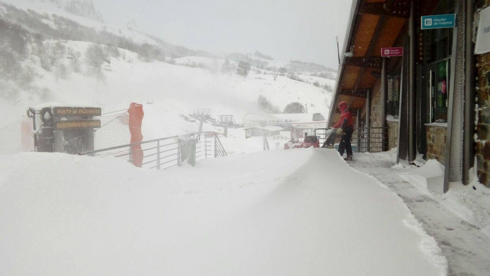 La nieve dificulta el tráfico en la autopista del Huerna.Estación Invernal Fuentes de Invierno