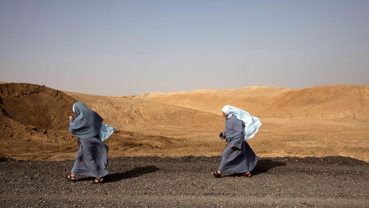 Dos monjas franciscanas caminan junto al río Jordán, cerca de Jericó