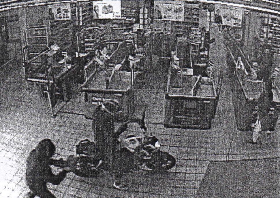 .Un motorista y su cómplice atracan con pistola un supermercado.