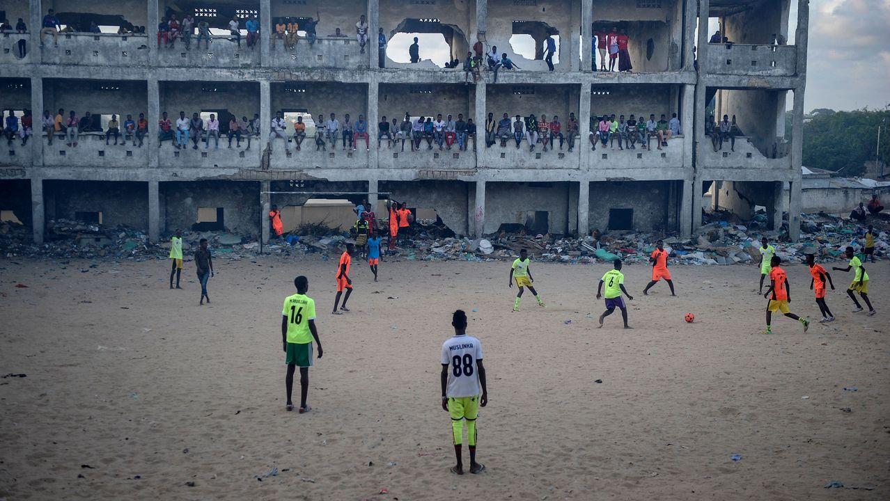 Un equipo de fútbol somalí juega junto a una escuela abandonada y destruida en Mogadiscio
