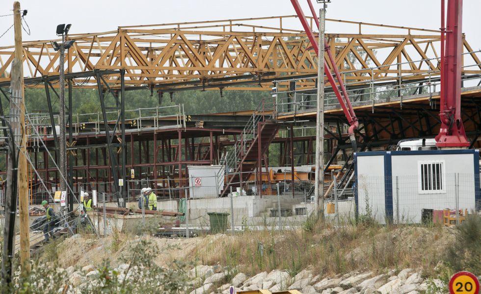 .Varios operarios trabajando ayer en las obras de la variante ferroviaria de Láncara, que estuvo parada varios años.