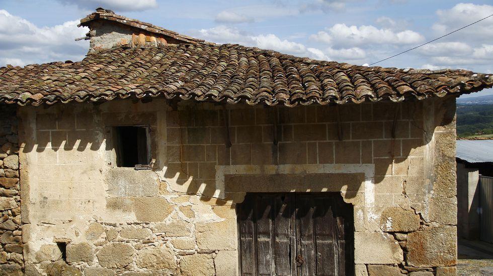 A veces la decoración imita sillares regulares en fachadas que no están construidas con esta técnica, como en esta antigua casa de Castroseiros, en Sober