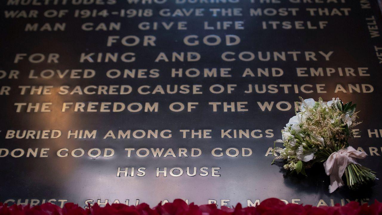 .El ramo de boda de Meghan Markle fue depositado un día despues de la boda sobre la tumba del soldado desconocido en la abadía de Westminster en Londres, Reino Unido. Se trata de una tradición despues de las bodas reales. El ramo se coloca allí en honor a todos los soldados caídos en guerra.