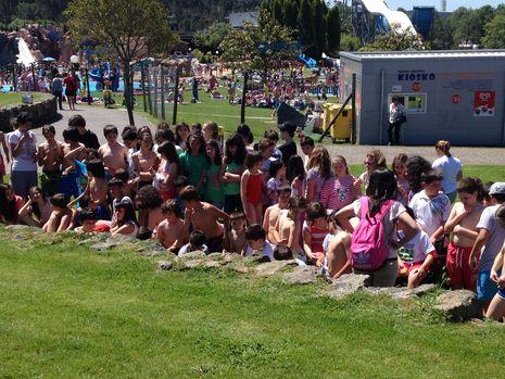 Los niños ya están listos para probar todas las atracciones acuáticas