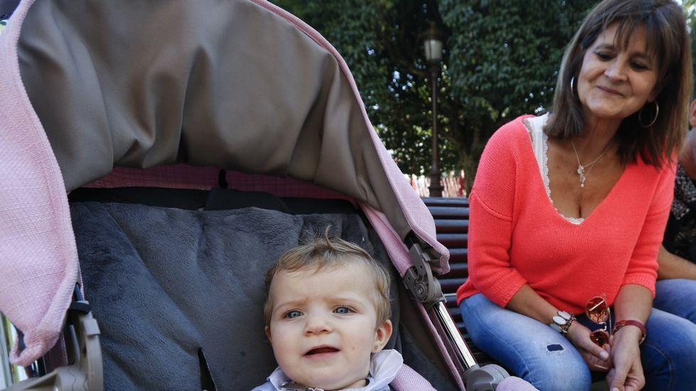 Concentración y lectura de manifiesto en la plaza de Aviles de Lugo por el crimen en el Cash de o Ceao.Beli Sánchez, cuñada de Esteban, e Isabel López, hermana de Elena, ayer, en el lugar del crimen