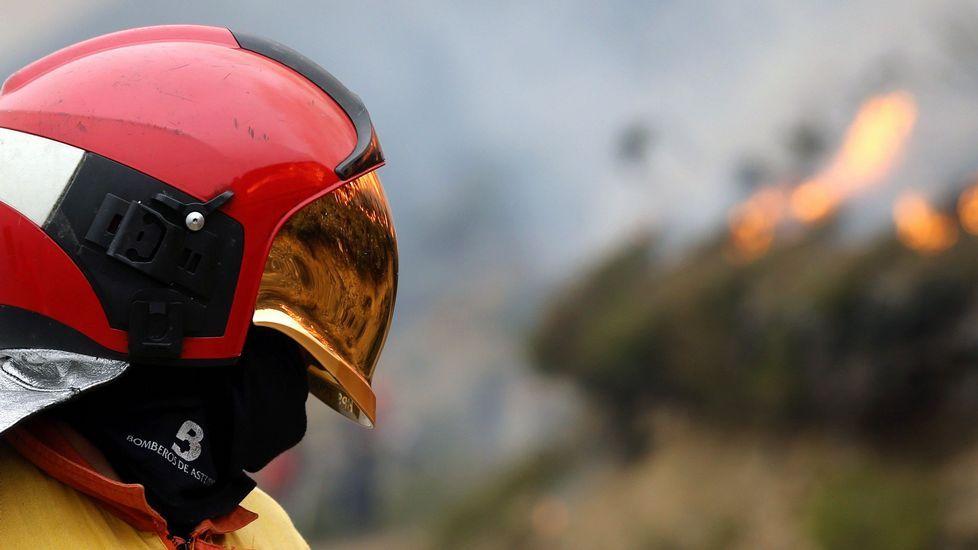 Un bombero en un incendio
