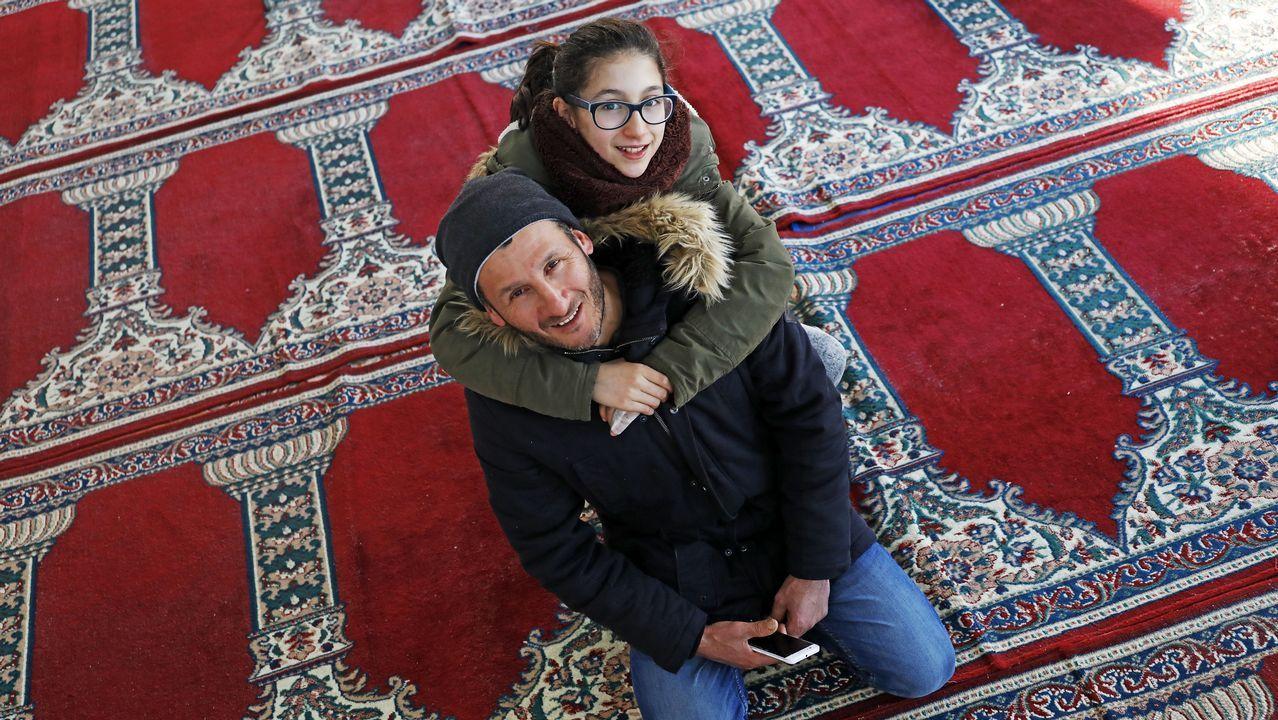 La expedición sanitaria asturiana llega a Tindouf.Ihcene Bouchaila abraza a su padre Abdelhalim en la mezquita de Lalín