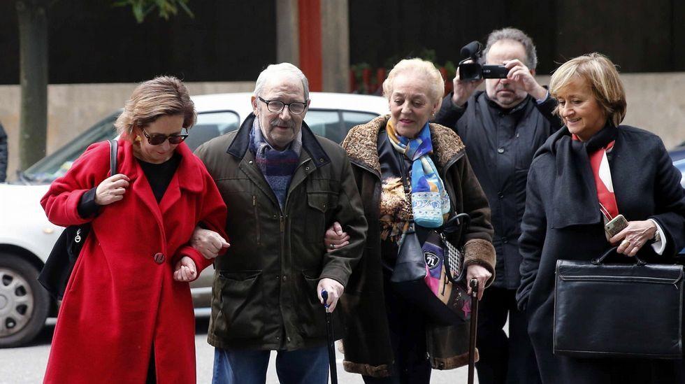 Clientes en un economato de Hunosa.José Ángel Fernández Villa llega al juzgado acompañado por su mujer y su abogada Ana, Boto