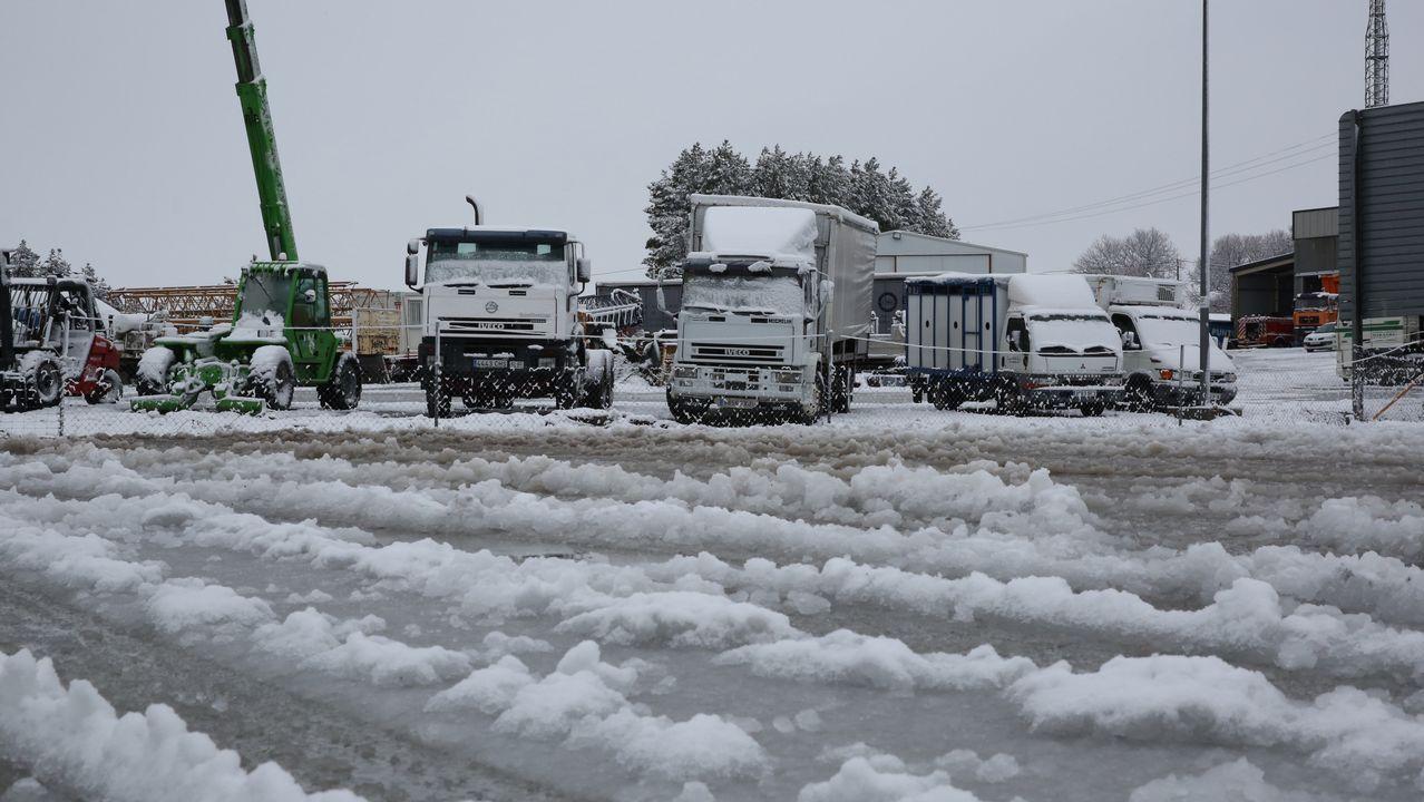 La nieve complicó el tráfrico en al A-52.Aqualia reparte garrafas de agua en su oficina de Ribadavia