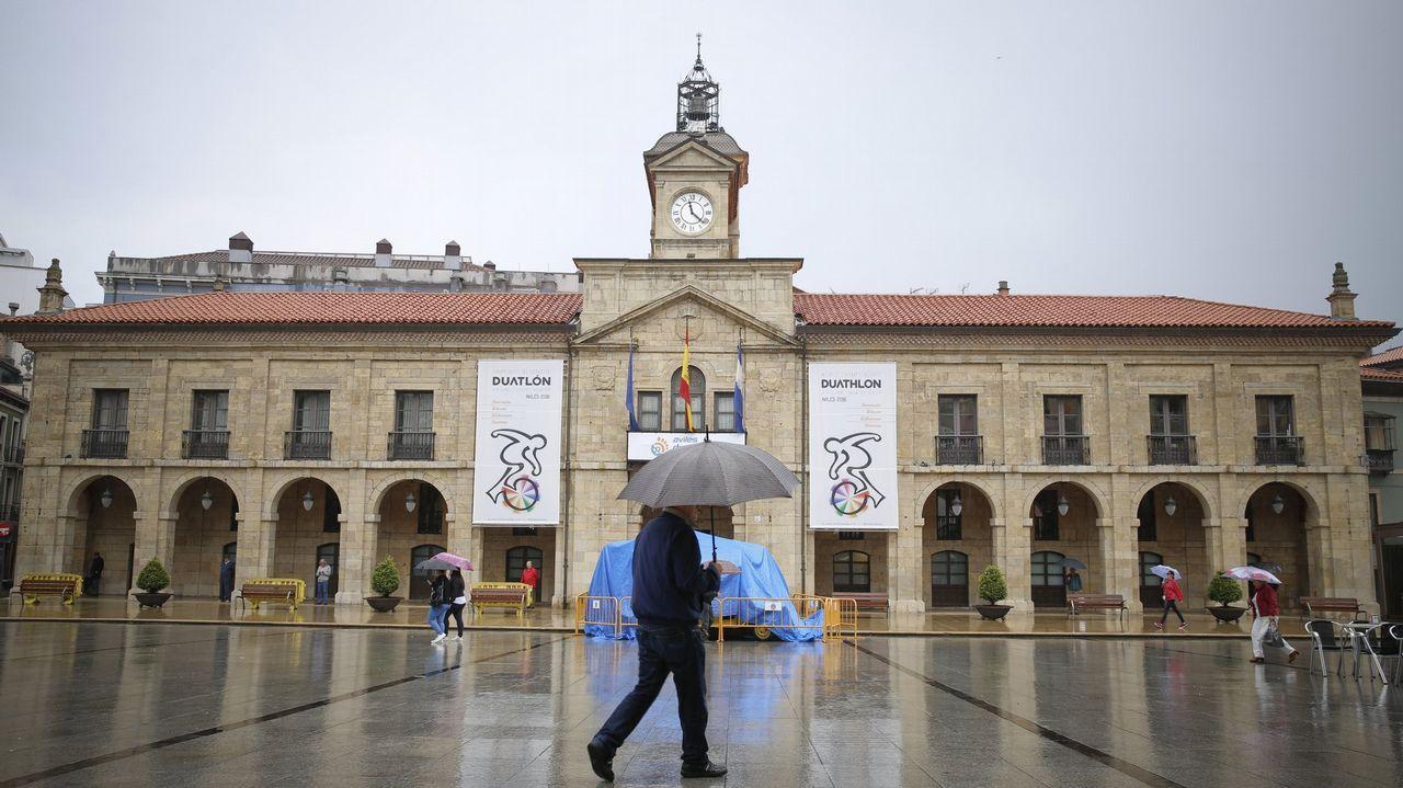 Gonzalo Durán sobre Carmela Silva: «Es la chacha para todo del anciano Abel Caballero».La plaza del ayuntamiento de Avilés