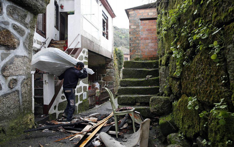 Los voluntarios colaboraron en el traslado de enseres de la casa quemada el martes en As Regadas (en el Concello de Beade).