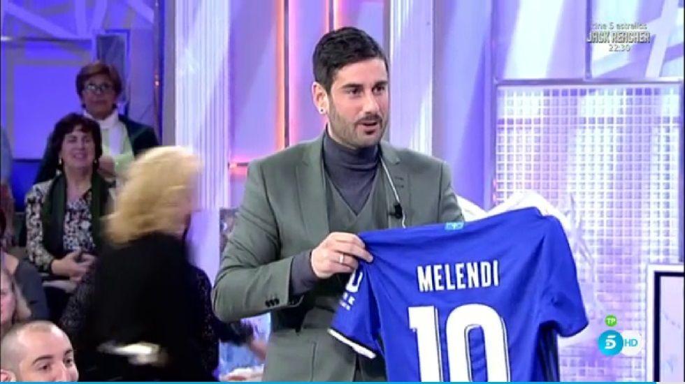 .Melendi posa con su nueva camiseta del Real Oviedo