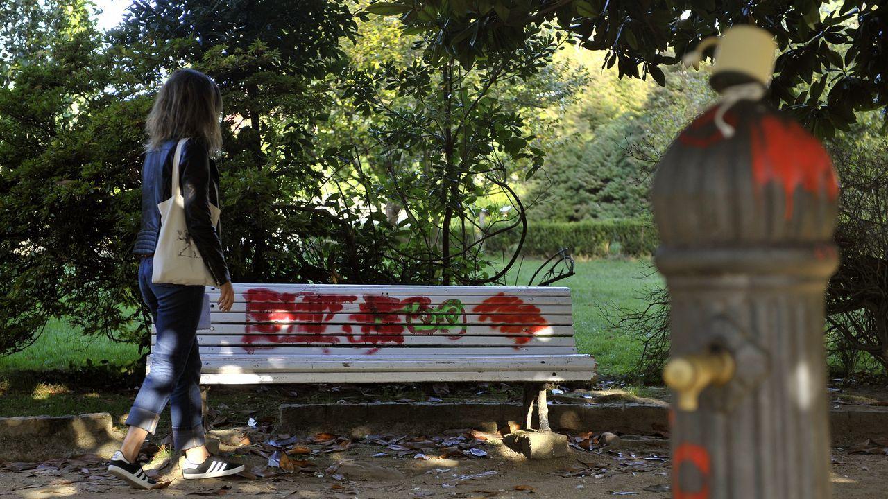 .Algunos bancos del parque están rotos y otros han sido objeto de pintadas