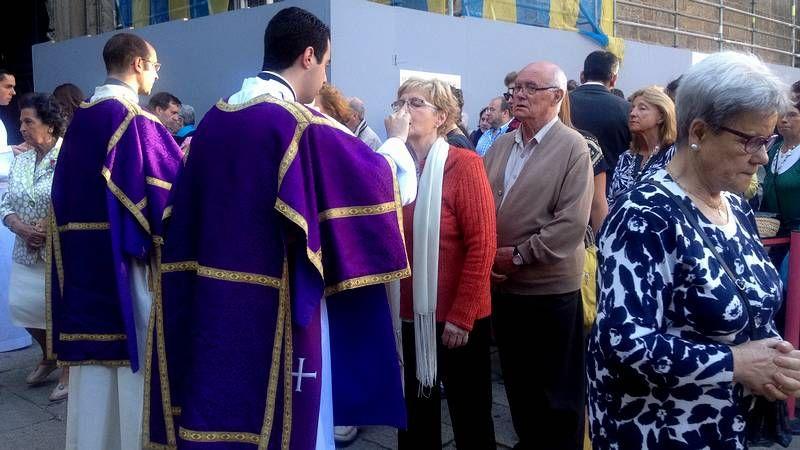El Obradoiro despide con un sonoro aplauso a los familiares de las víctimas.Los niños del colegio Doña Emma celebran el quinto premio