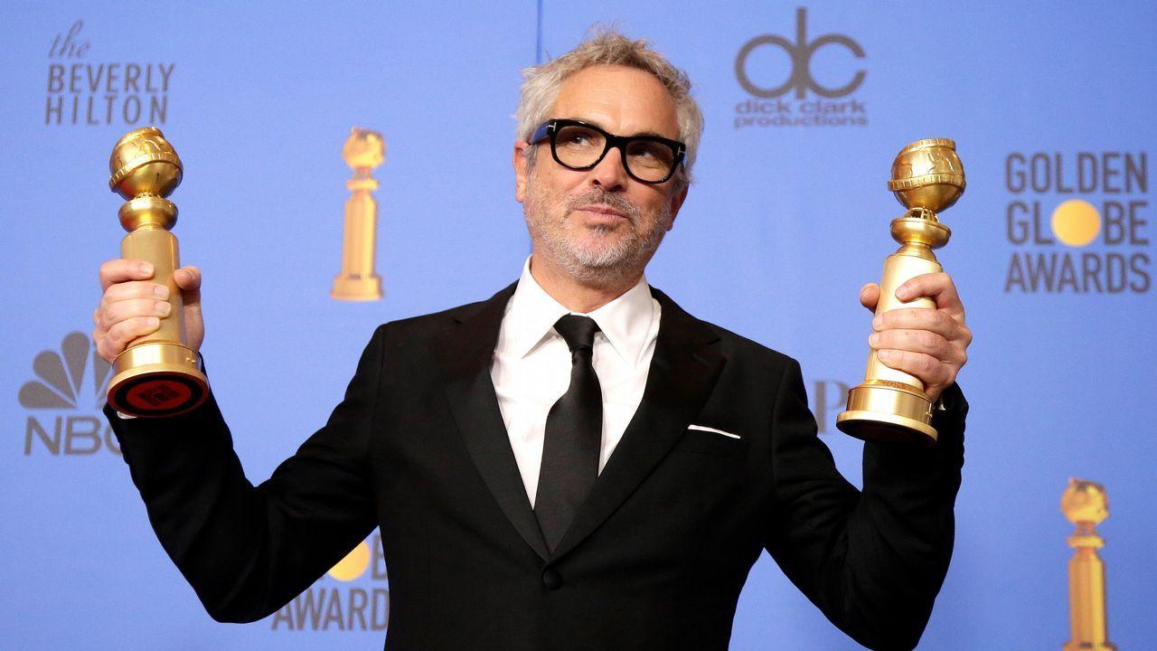 El cineasta mexicano Alfonso Cuarón posa con sus galardones a mejor director y mejor película en lengua extranjera por su largometraje «Roma»