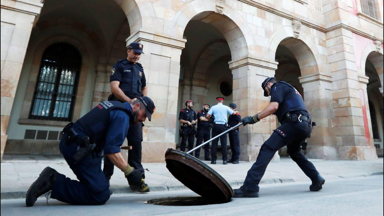Felipe VI: «España tiene que hacer frente a un inaceptable intento de secesión». El vicepresidente de la Comisión Europea para el Euro y el Diálogo Social, Valdis Dombrovskis