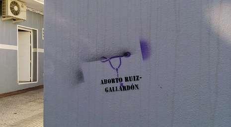 Polémica sobre el aborto en el Comité Ejecutivo.La casa familiar de Ruiz Gallardón en Nerja apareció con pintadas en contra de su ley.