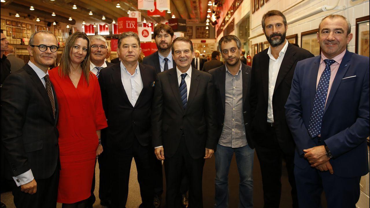 Los asistentes a los premios Fernández Latorre.El Pote, todo un clásico del comercio coruñés