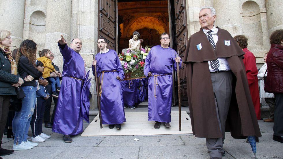 Momento en la la imagen de la Virgen Dolorosa es sacada en procesión de la iglesia de la Compañía