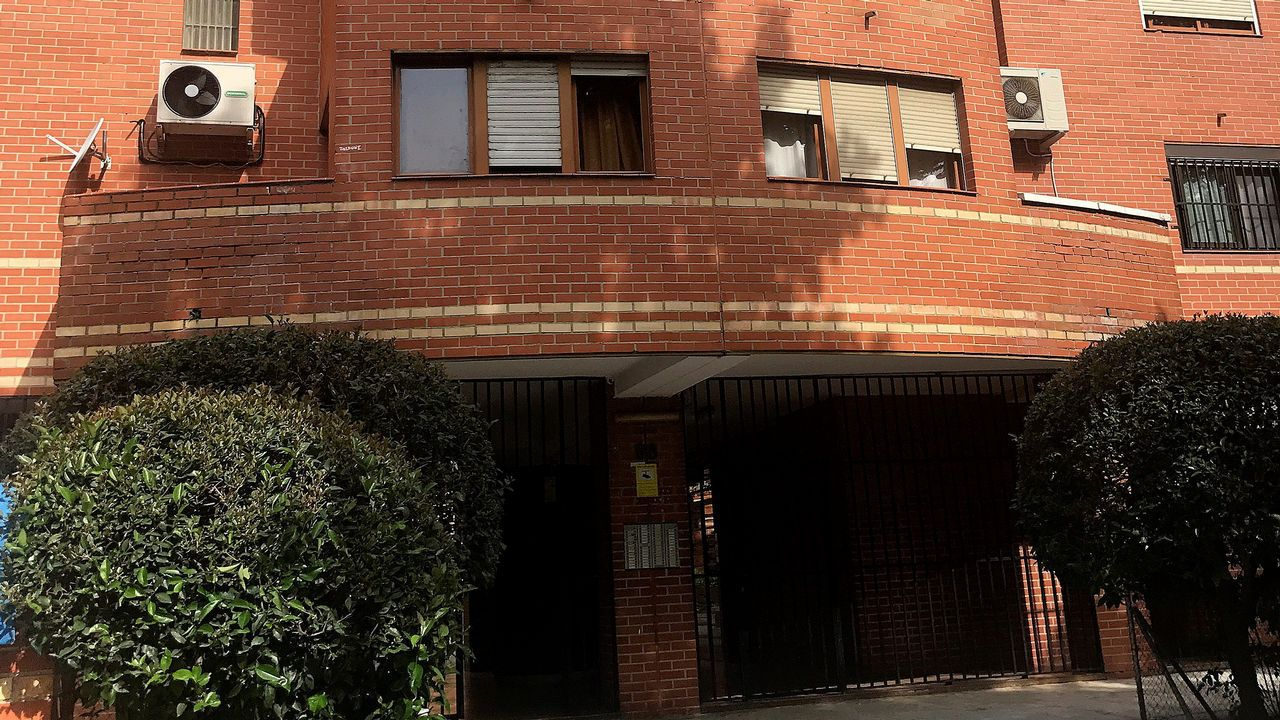 Portal del edificio del distrito madrileño de Puente Vallecas donde apareció el cadáver momificado de un hombre