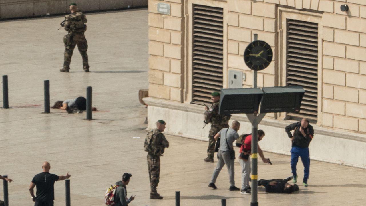 Los independentistas increpan a los agentes ante sus hoteles: «A por ellos, oé»