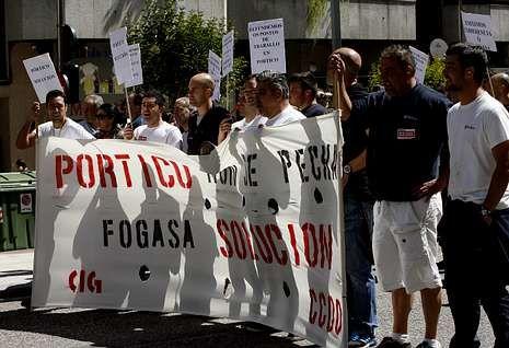 La plantilla de Pórtico se manifestó ayer ante las dependencias del Fogasa en Vigo.