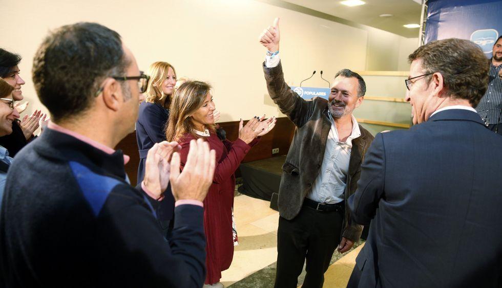 Cuatro generaciones de funcionarios.Agustín Hernández estuvo arropado por el presidente del PPdeG, Alberto Núñez Feijoo.