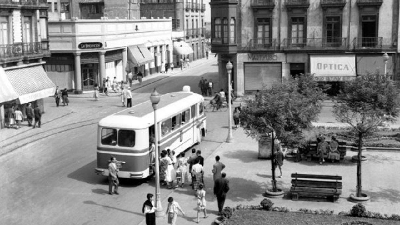 Fotografía antigua de Gijón.AGOSTU. Vista general de la calle Jovellanos y la plaza del Parchís hacia 1955