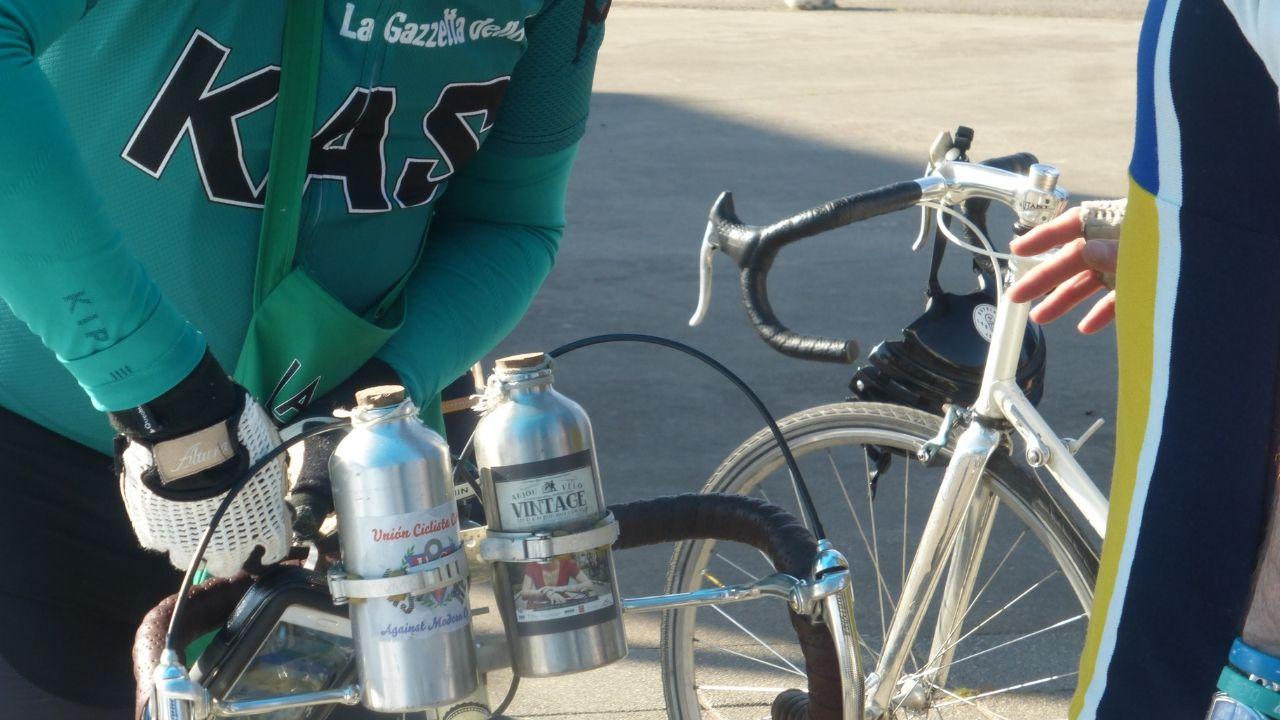 Detalle de un participante de la Clasicona, la marcha cicloturista no competitiva que se celebra en Gijón y en la que se homenajea al ciclismo clásico