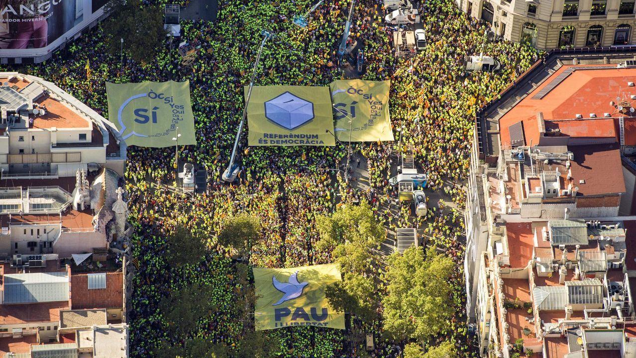 La Diada más polémica, en imágenes.Pablo Iglesias, la alcaldesa de Barcelona Ada Colau, y el portavoz de En Comú Podem Xavier Domènech durante el acto de Catalunya en Comú con motivo de la Diada