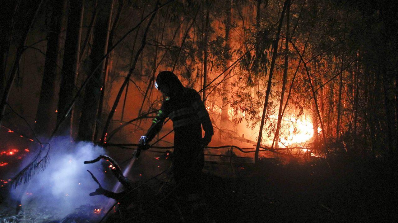 Aún hay llamas en A Chavasqueira.Bomberos en el incendio de Arboleya, en Cabranes