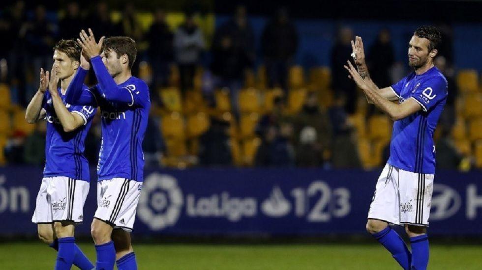 Los jugadores del Real Oviedo saludan a los aficionados desplazados a Alcrocón