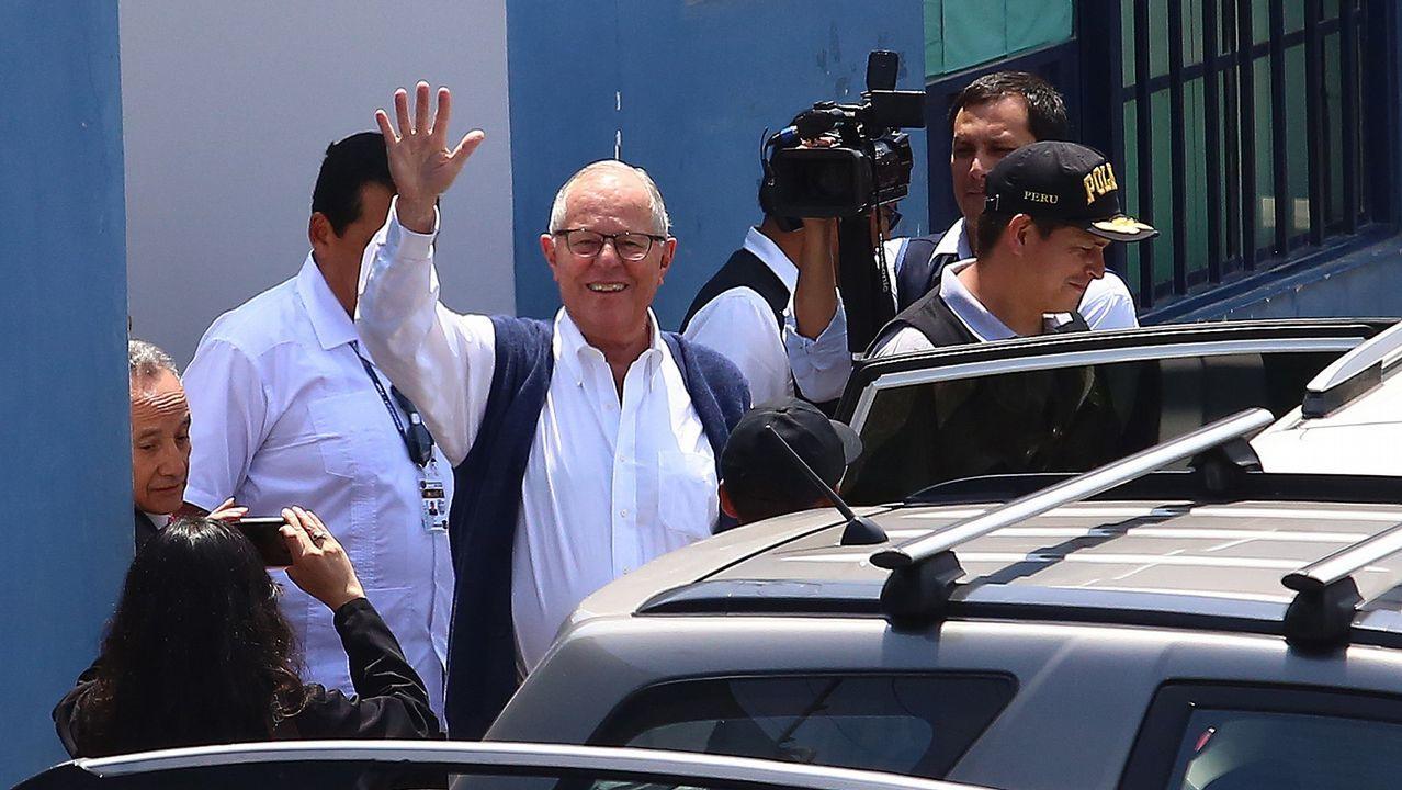 Al menos ocho muertos en un terrible accidente de autobús en Perú.El expresidente peruano Pedro Kuczynski, saluda tras saliar de la sede de Medicina Legal después de su detención, en Lima