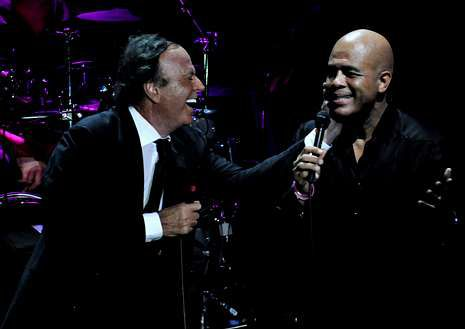 Julio Iglesias y Michel Martelly bromearon y cantaron juntos sobre el escenario de La Romana.