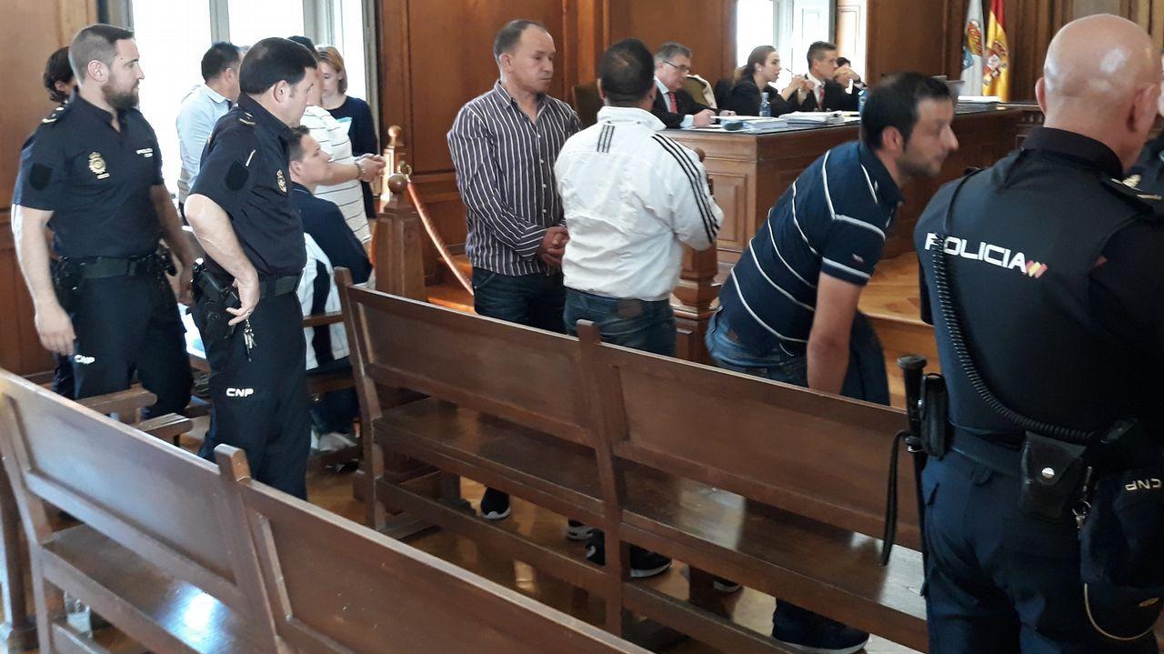 Alegato de Diego Cores en la Audiencia de Pontevedra.Uno de los acusados, ayer en el juicio, observando un vídeo