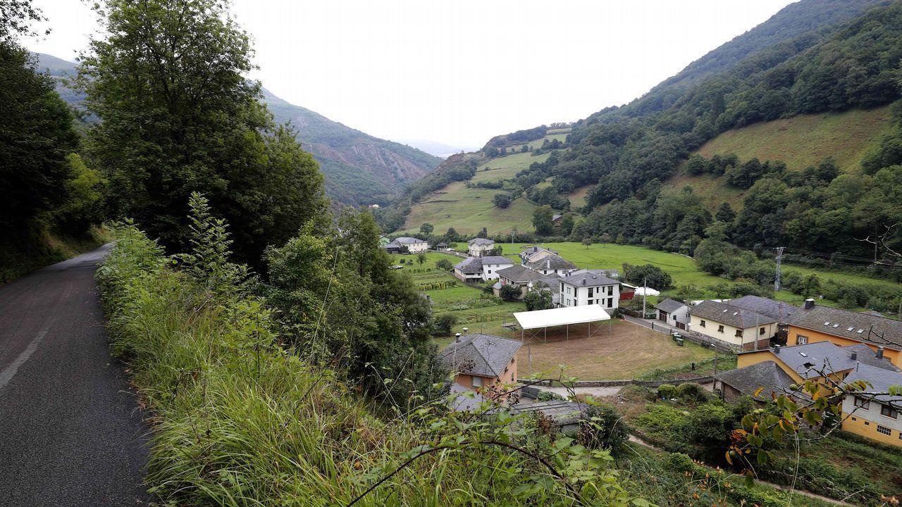 Un parlamento de luto.La pequeña localidad de Mual, perteneciente al concejo de Cangas del Narcea, en el suroccidente asturiano, ha sido galardonada hoy con el Premio al Pueblo Ejemplar de Asturias 2018 por el esfuerzo de su centenar de vecinos por mantener las tradiciones y conservar su privilegiado entorno natural