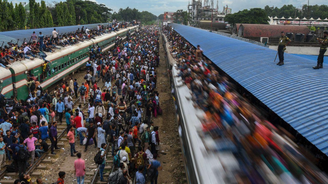 Una concurrida estación de tren en Bangladesh, durante una de las fiestas religiosas más importantes del país.