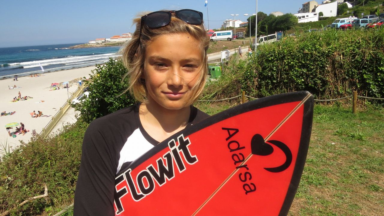 Un rayo mata en pleno entrenamiento a una surfista brasileña.Júnior Carbalho, con una de las tablar sustraídas