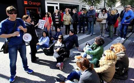 Sentada de trabajadores en la calle Salamanca durante la última huelga de Povisa.