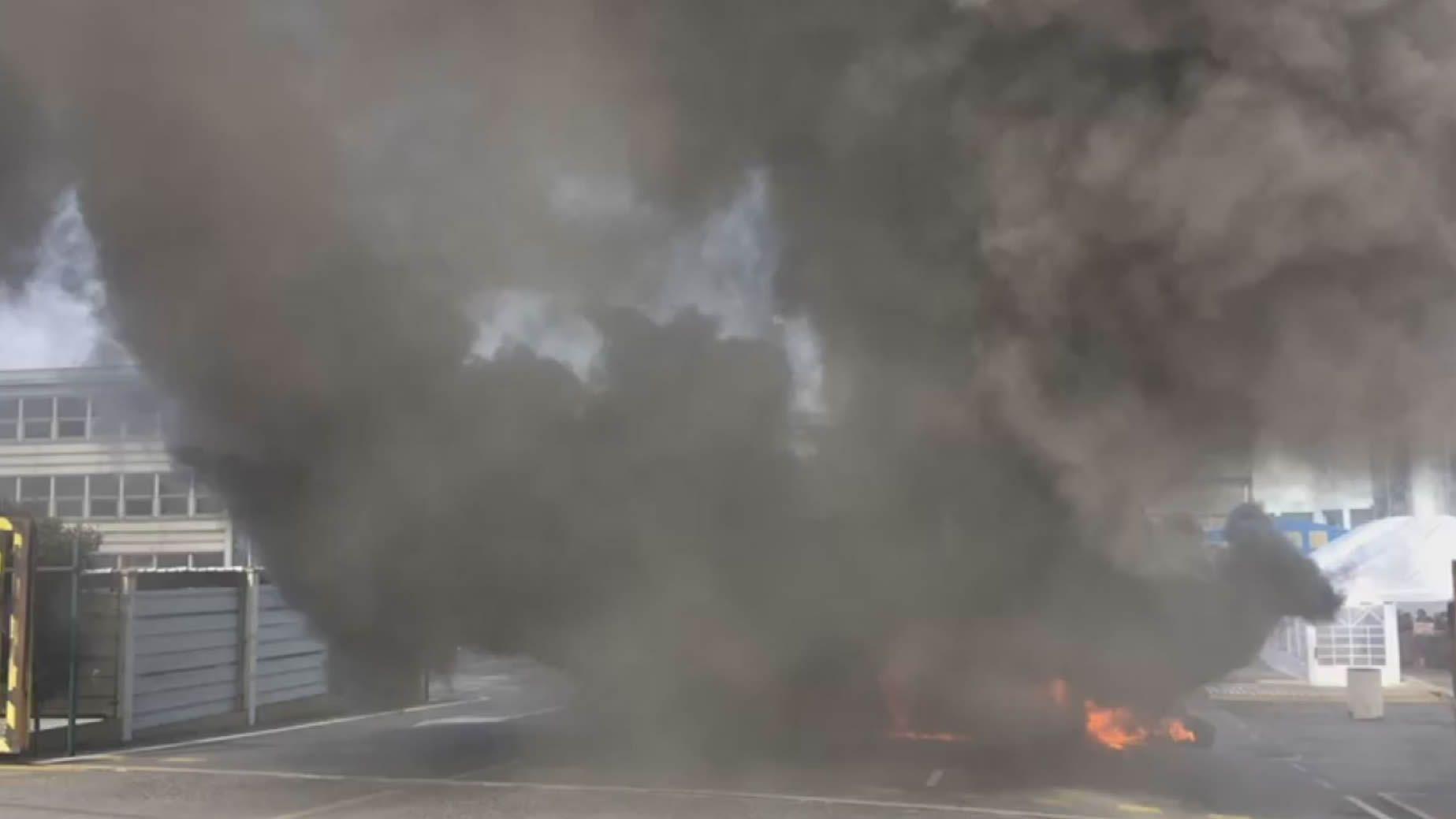 Protestas en Alcoa: el cielo de A Coruña se tiñe de negro en pleno día.Alberto Núñez Feijoo acompaña a Juanma Moreno, candidato del PP a presidir la Junta de Andalucía